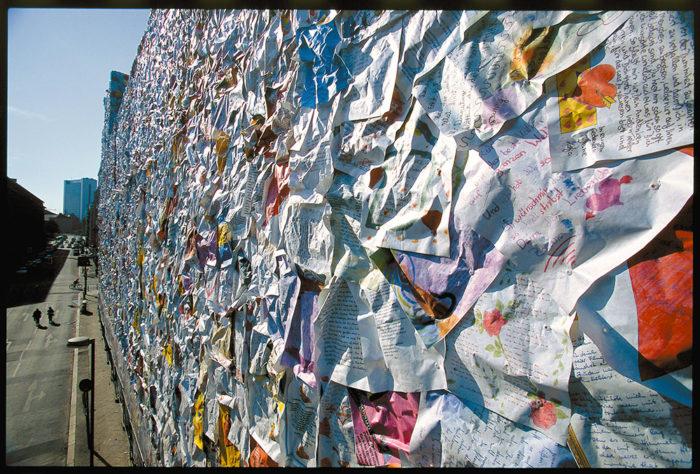 street-art-lettere-amore-berlino-ha-schult-07
