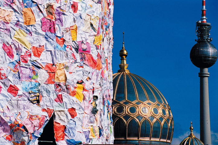 street-art-lettere-amore-berlino-ha-schult-08