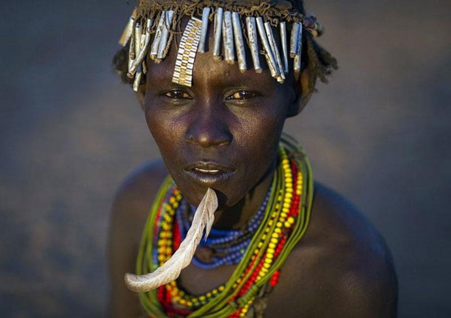 tribù-daasanach-ricicla-rifiuti-gioielli-testa-eric-lafforgue-etiopia-02