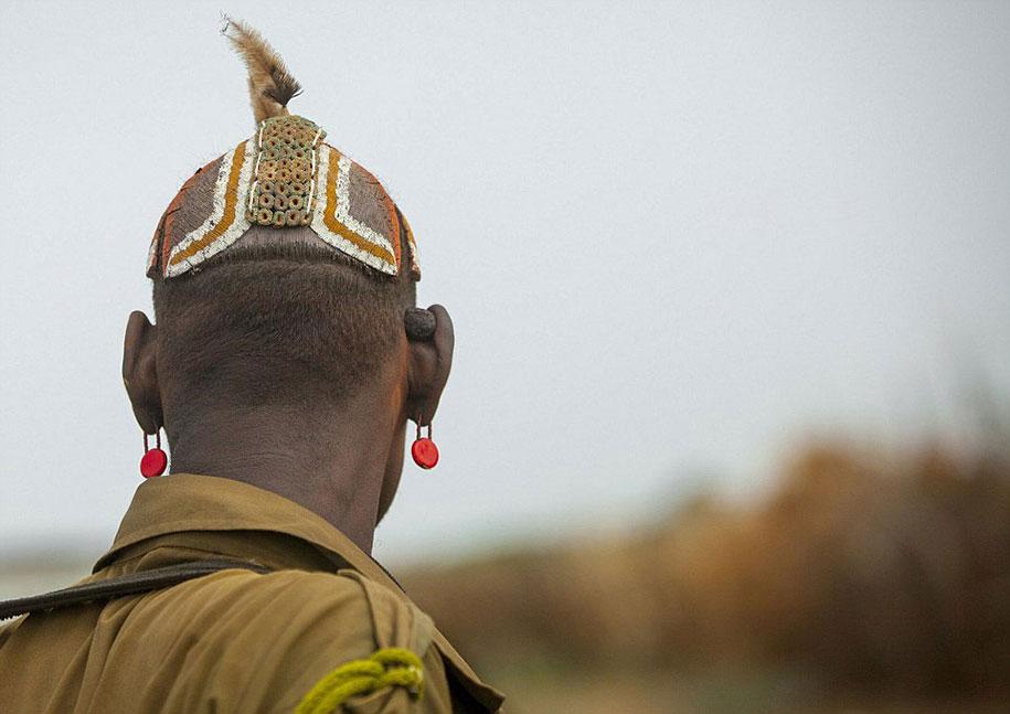 tribù-daasanach-ricicla-rifiuti-gioielli-testa-eric-lafforgue-etiopia-10