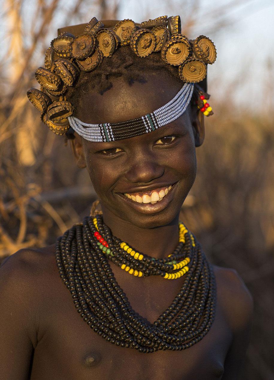 tribù-daasanach-ricicla-rifiuti-gioielli-testa-eric-lafforgue-etiopia-11