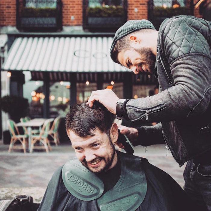 barbiere-taglia-capelli-gratis-senzatetto-joshua-coombes-04