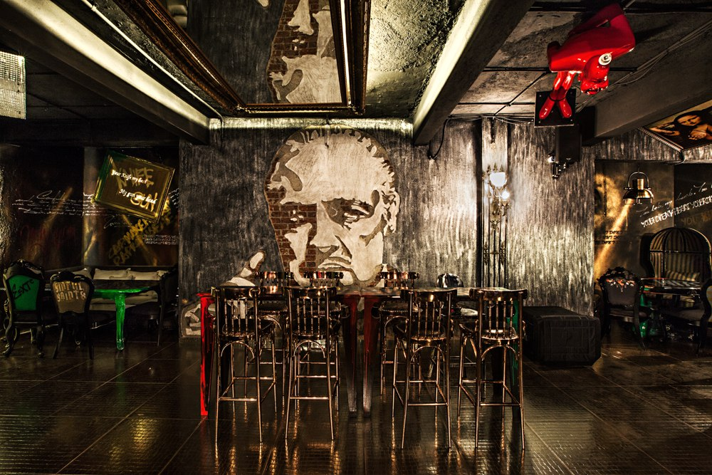 locale-bar-caffe-mumbai-india-ganster-mafiosi-cinema-01