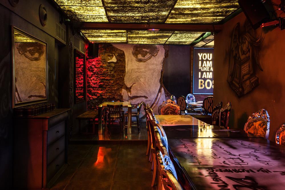 locale-bar-caffe-mumbai-india-ganster-mafiosi-cinema-06