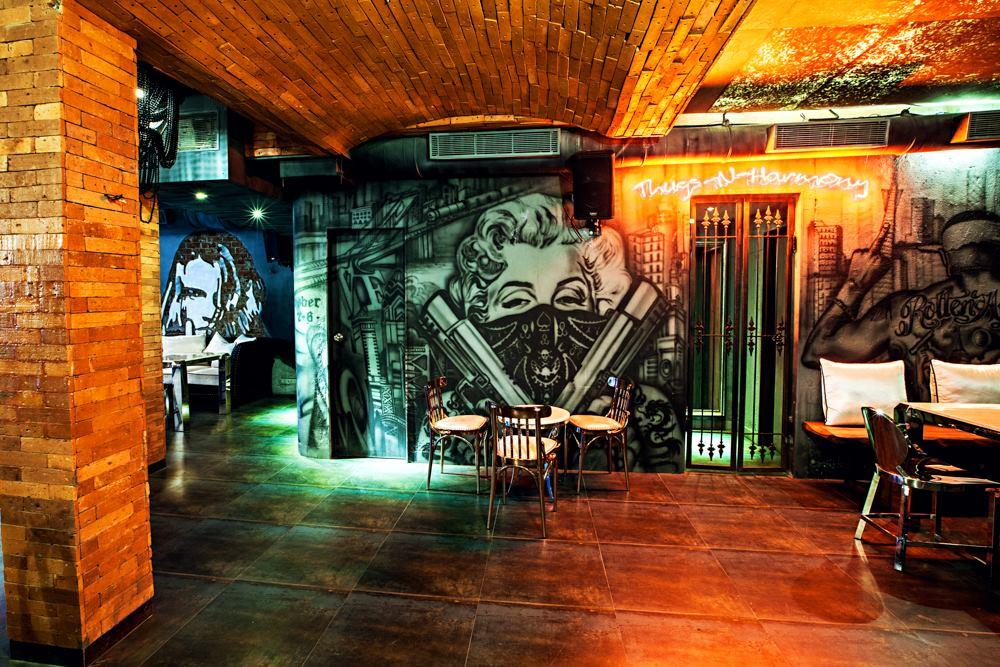 locale-bar-caffe-mumbai-india-ganster-mafiosi-cinema-08