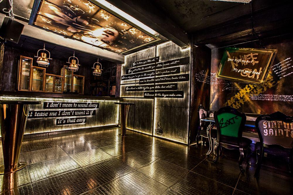 locale-bar-caffe-mumbai-india-ganster-mafiosi-cinema-09