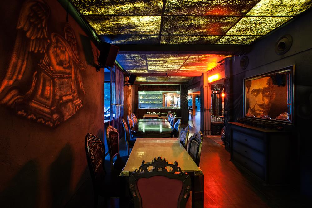 locale-bar-caffe-mumbai-india-ganster-mafiosi-cinema-11