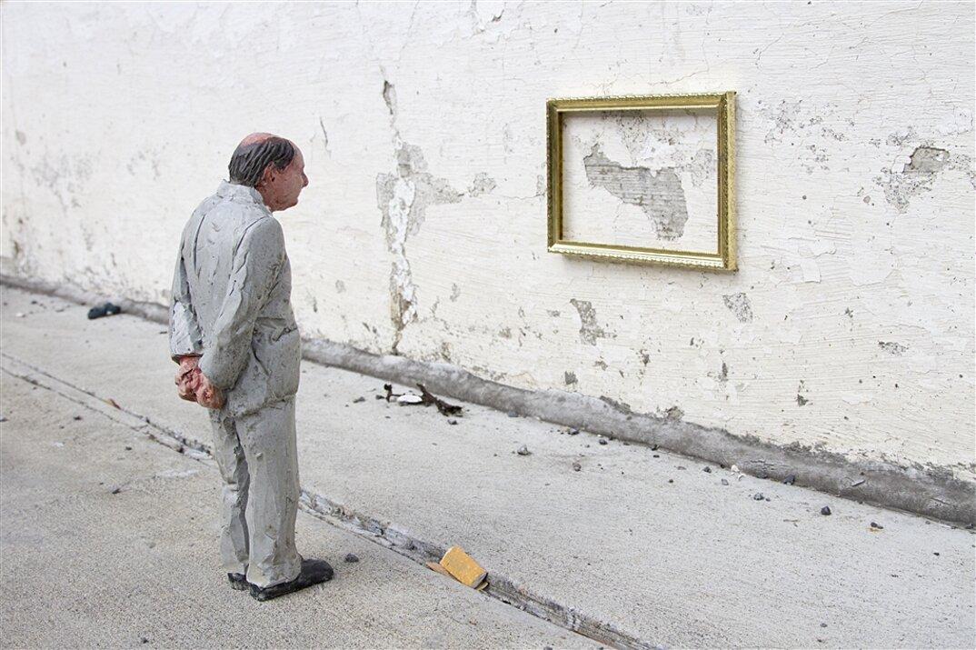 miniature-satira-societa-urban-inertia-isaac-cordal-04