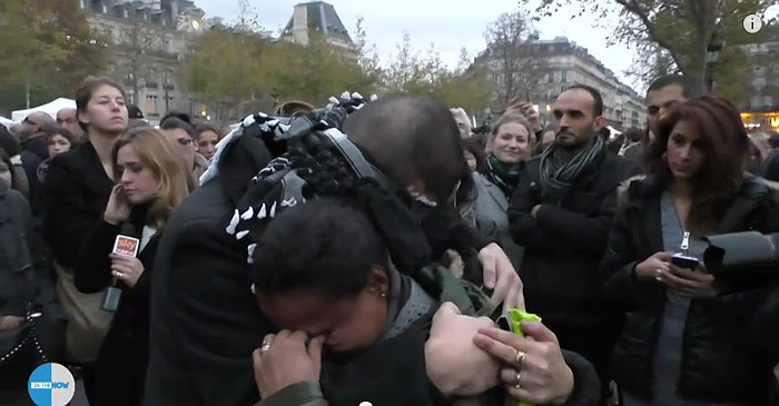 musulmano-bendato-parigi-abbracci-video-terrorismo-3