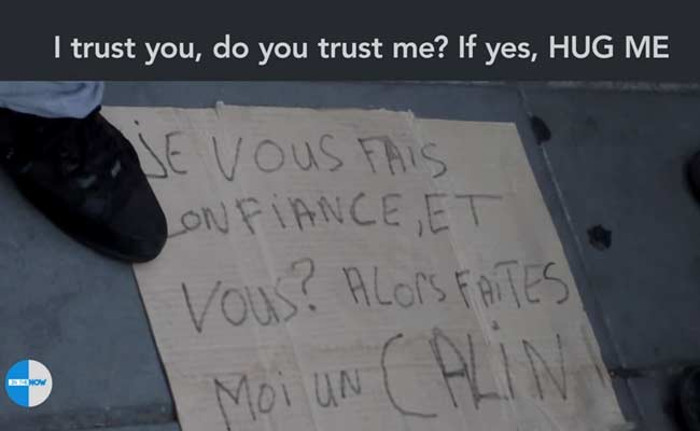 musulmano-bendato-parigi-abbracci-video-terrorismo-4