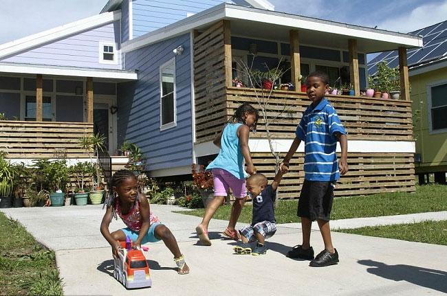 brad-pitt-costruisce-case-senzatetto-new-orleans-uragano-katrina-07