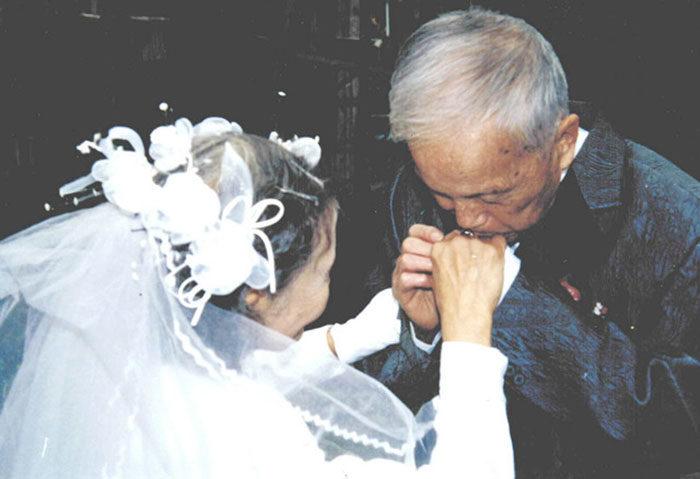 coppia-anziani-ricrea-foto-matrimonio-04