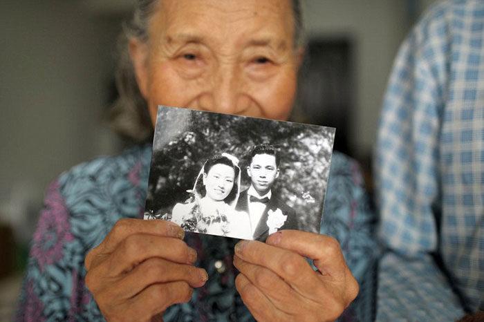 coppia-anziani-ricrea-foto-matrimonio-09