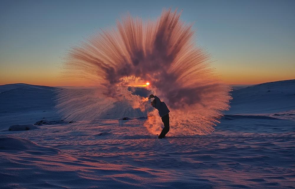foto-te-caldo-lanciato-in-aria-al-polo-nord-1