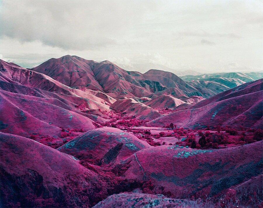 fotografia-paesaggi-rosa-congo-infrarossi-infra-richard-mosse-03