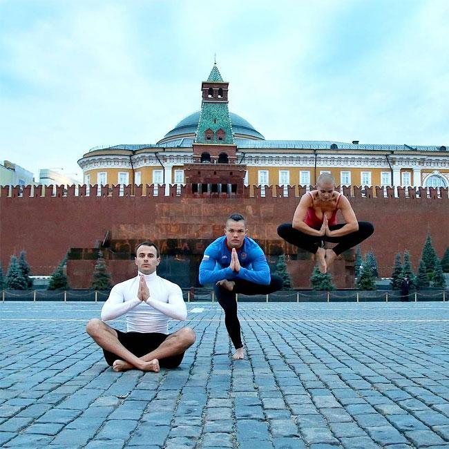 mamma-pose-yoga-nuda-marina-vovchenko-03