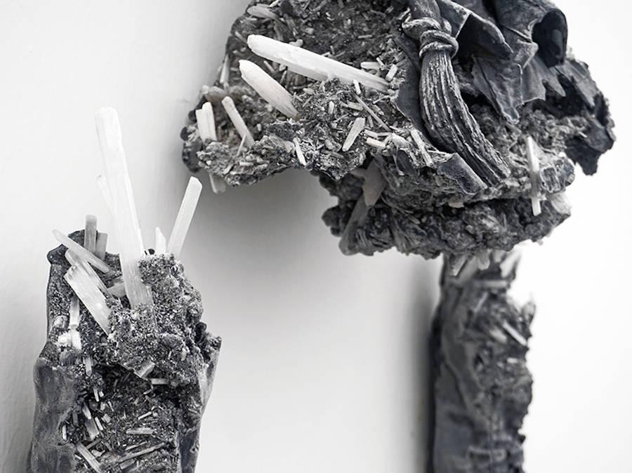 scultura-donna-cenere-vulcanica-selenite-daniel-arsham-02