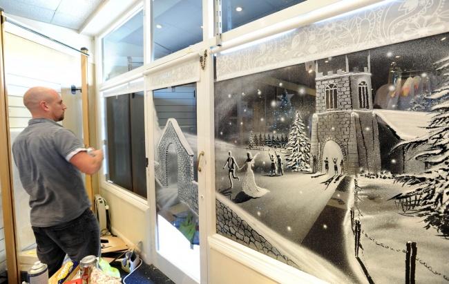 decorazioni-natale-neve-spray-ospedale-pediatrico-tom-baker-11