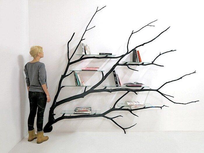 Un ramo caduto viene trasformato in una bellissima libreria