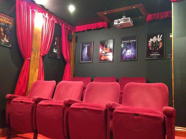 mini-cinema-casetta-legno-ashley-yeates-03