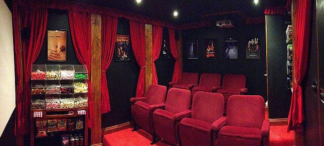 mini-cinema-casetta-legno-ashley-yeates-14
