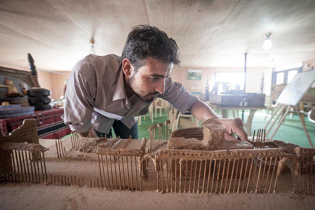 artisti-rifugiati-siriani-riproduzioni-monumenti-distrutti-03