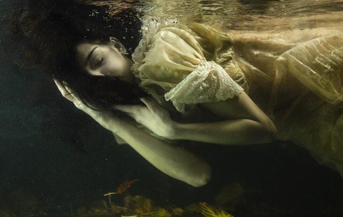 fotografia-surreale-ritratti-donne-acqua-mira-nedyalkova-02