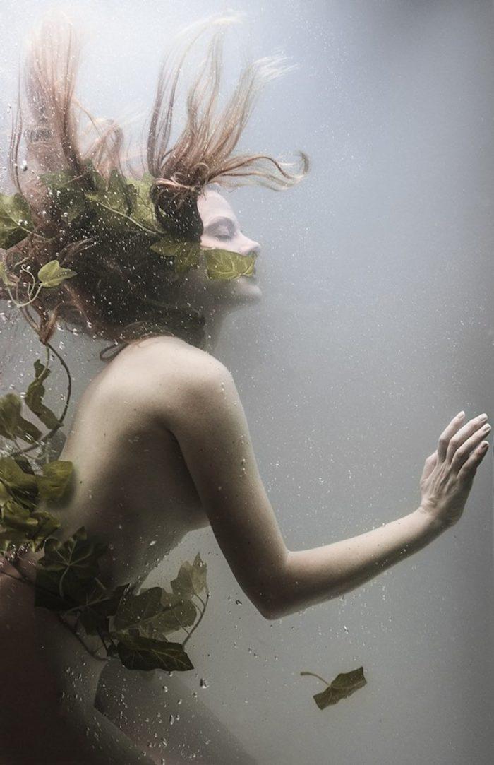 fotografia-surreale-ritratti-donne-acqua-mira-nedyalkova-08