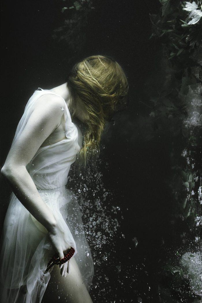 fotografia-surreale-ritratti-donne-acqua-mira-nedyalkova-09