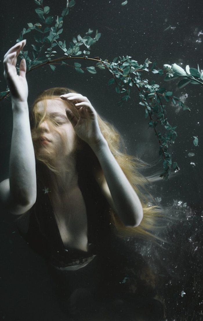 fotografia-surreale-ritratti-donne-acqua-mira-nedyalkova-11