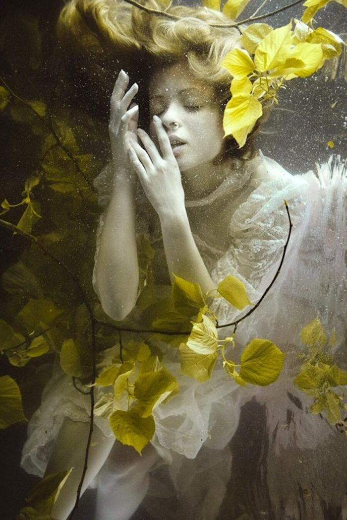 fotografia-surreale-ritratti-donne-acqua-mira-nedyalkova-15