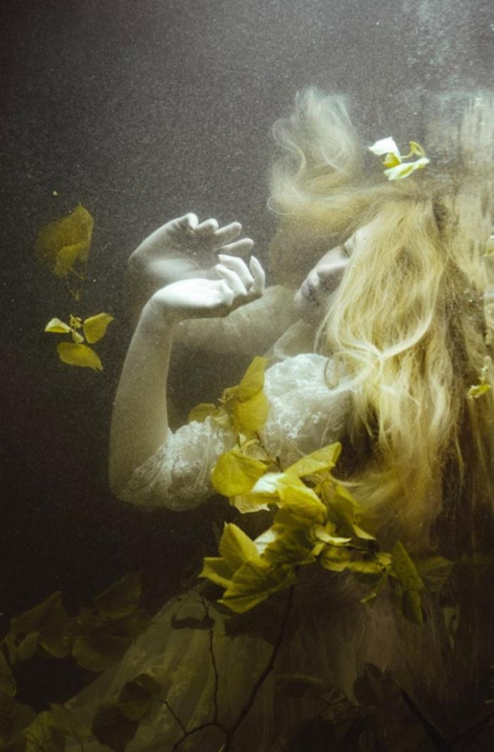 fotografia-surreale-ritratti-donne-acqua-mira-nedyalkova-16