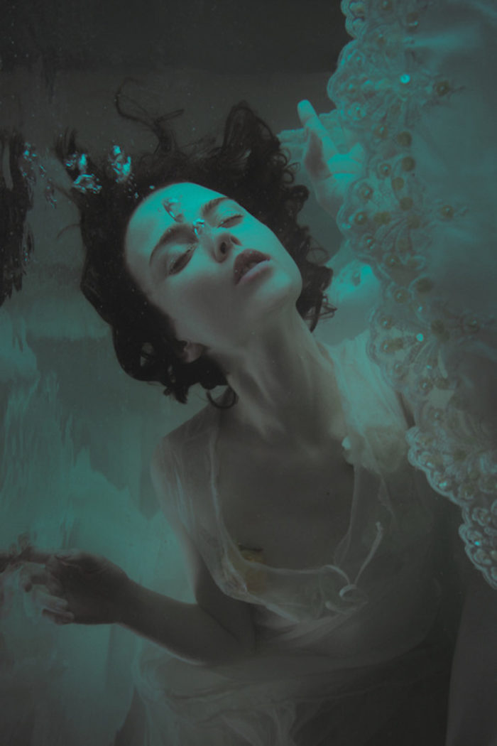 fotografia-surreale-ritratti-donne-acqua-mira-nedyalkova-20