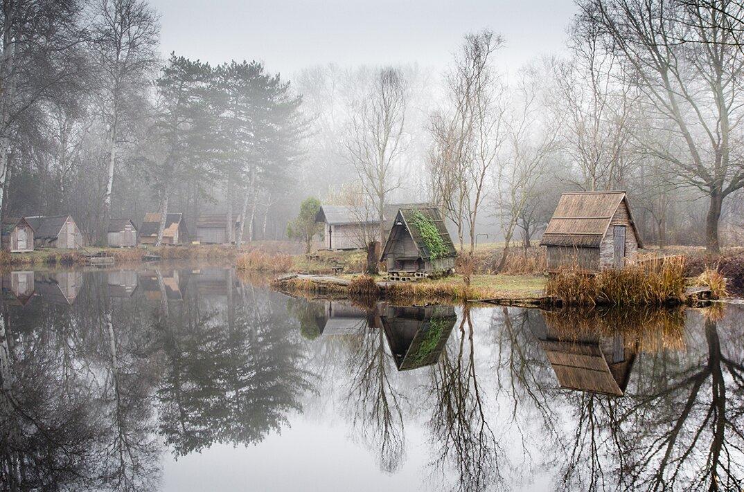 fotografia-villaggio-abbandonato-ungheria-riflessi-lago-viktor-egyed-1