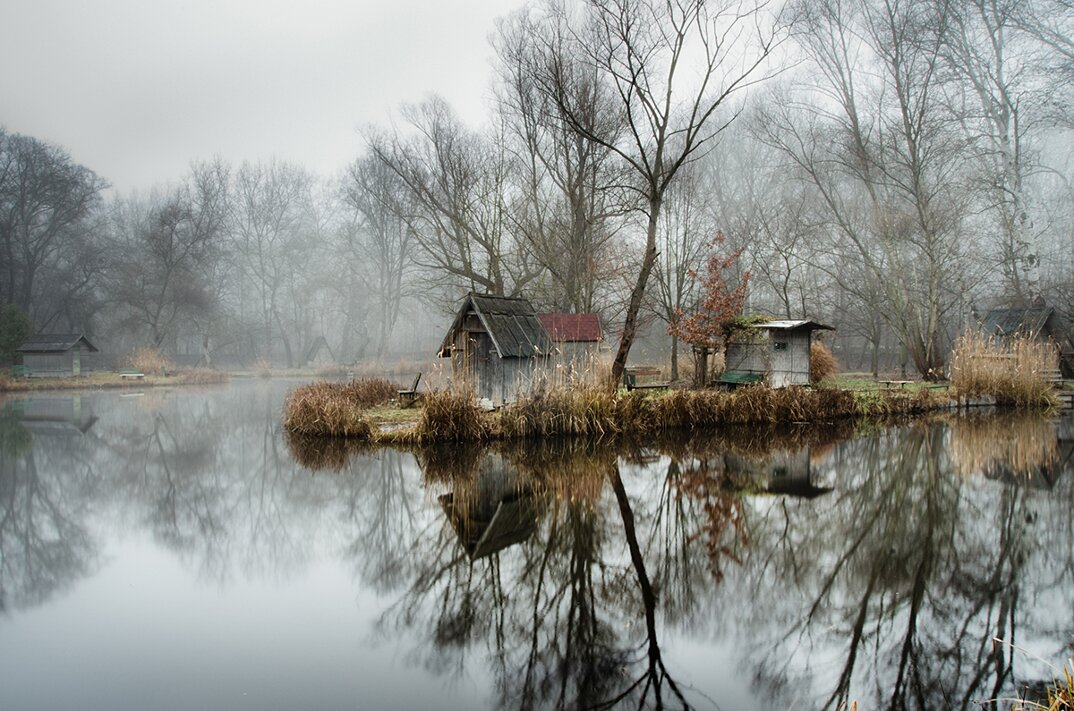 fotografia-villaggio-abbandonato-ungheria-riflessi-lago-viktor-egyed-3