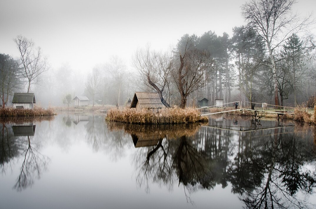 fotografia-villaggio-abbandonato-ungheria-riflessi-lago-viktor-egyed-4