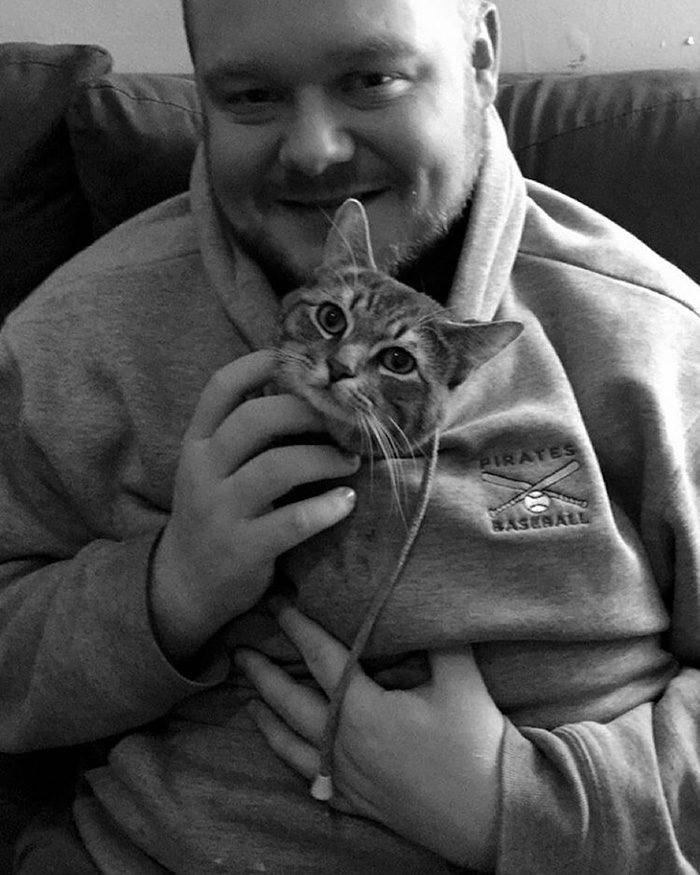 gatto-adottato-siede-come-una-persona-wilbur-4