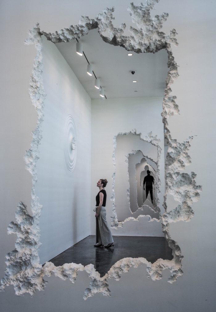 installazione-pareti-buchi-architettura-daniel-arsham-1