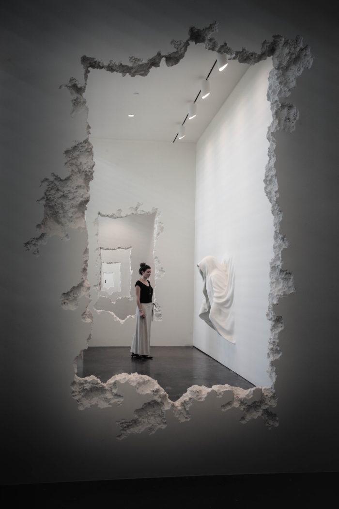 installazione-pareti-buchi-architettura-daniel-arsham-3