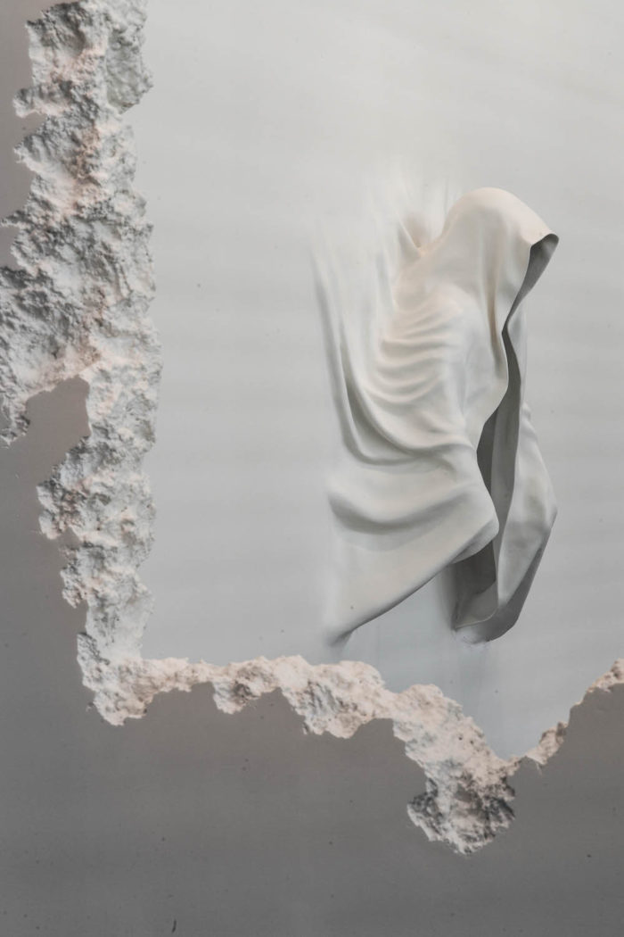 installazione-pareti-buchi-architettura-daniel-arsham-7