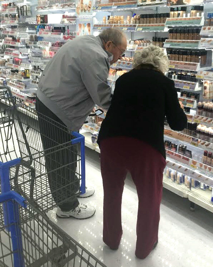 signore-anziano-aiuta-moglie-scegliere-trucco-amore-2
