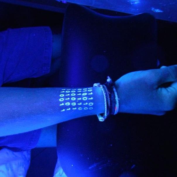 tatuaggi-invisibili-luce-nera-brillano-nel-buio-06
