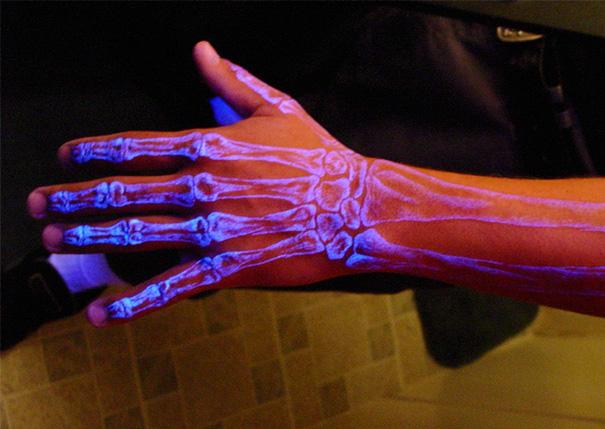 tatuaggi-invisibili-luce-nera-brillano-nel-buio-14