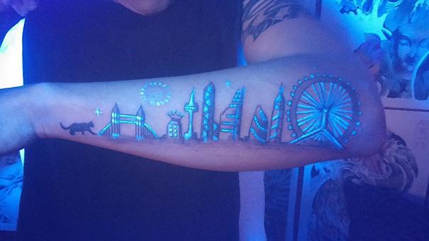 tatuaggi-invisibili-luce-nera-brillano-nel-buio-26