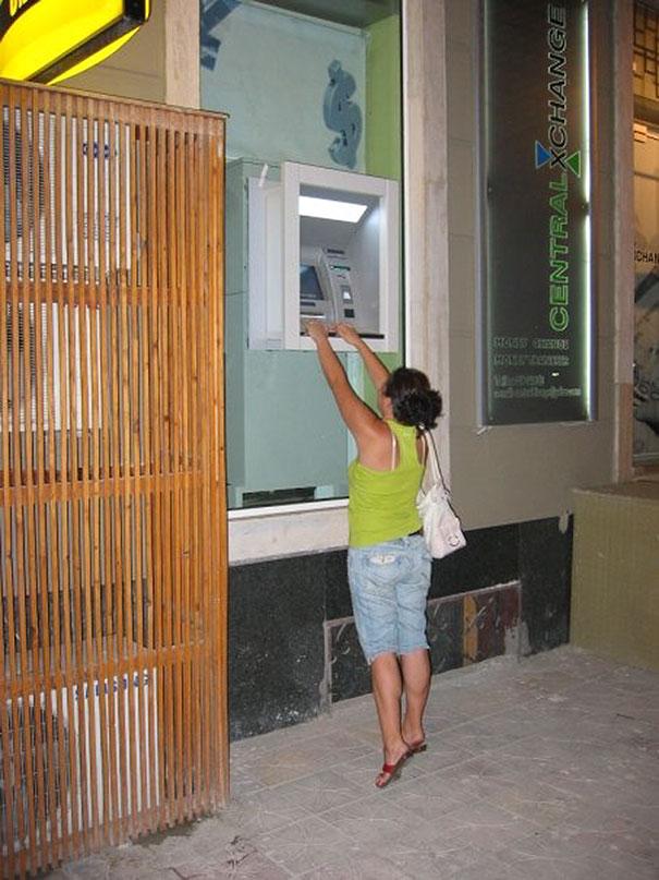 uomo-preleva-bancomat-thailandia-ragazze-03