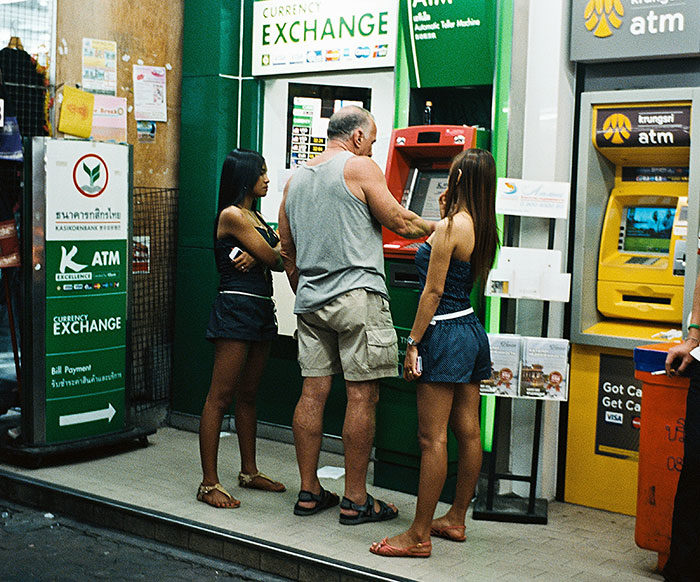 uomo-preleva-bancomat-thailandia-ragazze-11