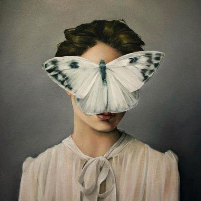Misteriosi e surreali dipinti di donne senza volto sopraffatte dalla natura