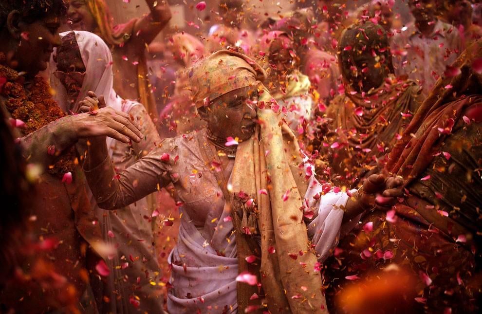 donne-vedove-india-holi-festival-colori-fotografia-02