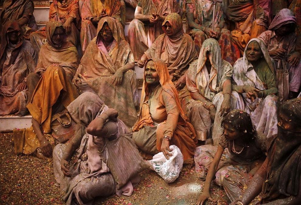 donne-vedove-india-holi-festival-colori-fotografia-03