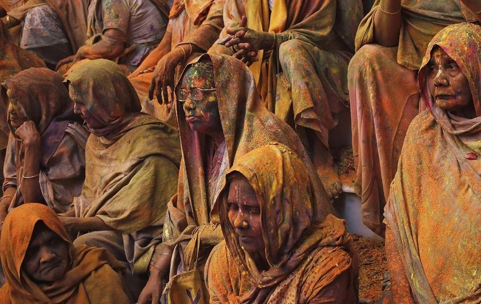 donne-vedove-india-holi-festival-colori-fotografia-05